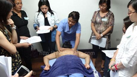 Ipinapakita ni Karisse Alzola, isa sa mga manghihilot ng ATHAG, kung paano simulan ang paghilot.